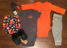 Body básico: Carter's // Pantalón: Carter's  // Babero: Red Carrot // Portachupón: Red Carrot // Zapatos: Minimox