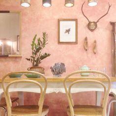 El mismo rincón comedor con tres paredes diferentes. num 2- pared rosa deslavada. Studio Alis - barcelona