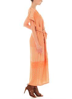 Axeln är lite vinklad. Rodebjer Saki Graphic Dress