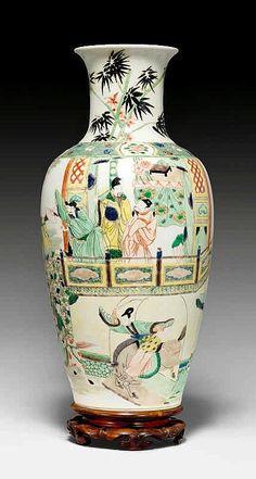FAMILLE VERTE-VASE. China, Qing-Dynastie, H 44,5 cm.Der umlaufende Dekor auf der rouleauförmigen Vase zeigt Reiterinnen ausserhalb eines Palastes, die über und unter einer Brücke durch galoppieren. Das männliche Publikum sieht von einer Terrasse