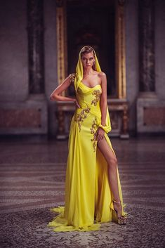 Conceived to bring dreams to life, the Atelier Versace Spring 2019 Haute Couture collection features a regal collection of sexy silhouettes and form-fitting styles. Atelier Versace, Style Couture, Haute Couture Fashion, Chanel Couture, Armani Prive, Runway Fashion, High Fashion, Fashion Tips, Fashion Design