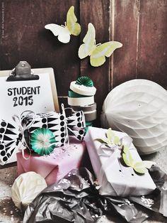 Så här års är det många som vill sjunga om studentens lyckliga dar, eller om den blomstertid (och det sommarlovsom) nu kommer. Terminerna närmar sig sitt slut och examensfesterna blir många, liksom presenterna till alla som har pluggat hårt! Grattis och bra jobbat, nu är ni värda att bli ordentligt firade!