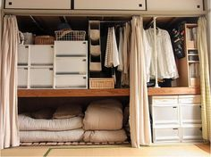 A well-organized Japanese-style closet. The sliding doors have been removed and replaced with curtains. Source: chipucafe.exblog.jp