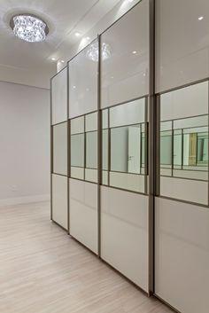 Navegue por fotos de Closets modernos : . Veja fotos com as melhores ideias e inspirações para criar uma casa perfeita.