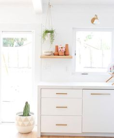 Clean, white cabinets accented with plants and a floating shelf Laminate Colours, Modern Kitchen Design, Kitchen Designs, White Kitchen Cabinets, Wood Veneer, Open Shelving, Beautiful Homes, House Beautiful, Contemporary Style