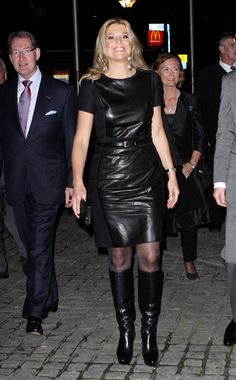 Princess Maxima revisits rock chic look in leather outfit - Photo 2 Long Leather Skirt, Black Leather Dresses, Black Leather Gloves, Skirts With Boots, Dress With Boots, Royal Fashion, Grey Fashion, Womens Fashion, Fashion Models