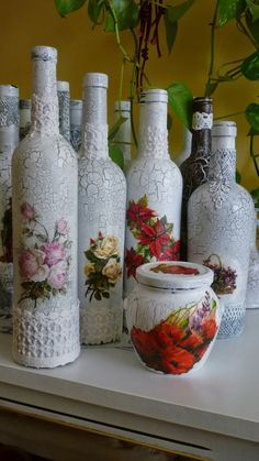 Discover thousands of images about How To Decoupage On Glass Bottle With Pizzi Goffre Technique. Same technique different bottle 2 Recycled Glass Bottles, Glass Bottle Crafts, Wine Bottle Art, Diy Bottle, Decorated Wine Glasses, Decorated Jars, Decoupage Jars, Jar Art, Altered Bottles