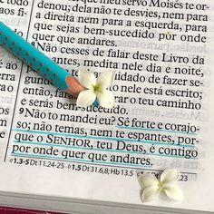 🌿 Josué 1.9 🌿 ___________________ O SENHOR te fala que você é FORTE e CORAJOSO. Creia nEle e não olhe para você de maneira natural, não se… Jesus Is Life, Jesus Christ, Profession Of Faith, Smart Quotes, Jesus Freak, Jesus Saves, Dear God, Faith In God, Christian Inspiration