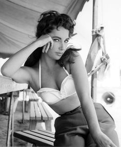 The sultry Elizabeth Taylor (Cat On a Hot Tin Roof – 1958)