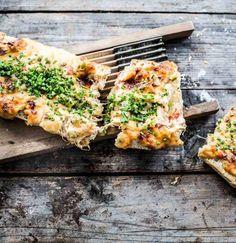 Wir wollen mehr als ein Brot mit K�se�und stellen euch das ultimative K�seboot aus dem Ofen vor: Sagt hallo zum�knusprigen�Ciabatta gef�llt mit�vier K�sesorten und getrockneten Tomaten!