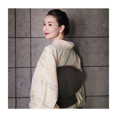 知花くらら(Kurara Chibana)さんはInstagramを利用しています:「先日、krushを観に。闘魂の試合に胸が熱くなり。 その時のお着物は、母に見立ててもらった夏のぜんまい紬でカジュアルに。帯はお気に入りの越後上布。 すてきな1日になりますように。 #kimono #ぜんまい紬 #夏の着物 #越後上布 #赤リップ…」 Rising Sun, Yukata, Japanese Kimono, Traditional Outfits, Absolutely Stunning, Model, Pattern, Clothes, Collection
