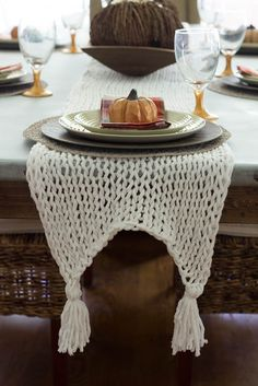 This knitted table runner is knitted with bulky yarn and large knitting needles and is super easy to make. This table runner can be knitted in just a few hours. Knitted Table Runner My husband Crochet Fall, Easy Crochet, Doilies Crochet, Beginner Crochet, Crochet Mandala, Crochet Afghans, Crochet Blankets, Double Crochet, Free Crochet