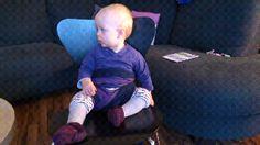 Bebilderte Anleitung, wie man ein Kind mit Hilfe eines Tragetuches sicher an einem gewöhnlichen Stuhl (zB im Restaurant) festbinden kann, wenn kein Hoch- oder Kinderstuhl vorhanden ist.