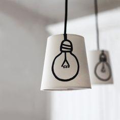 9 toffe #DIY #lampen: Heel tof! Een #wit #lampenkapje met de #getekende #lamp.