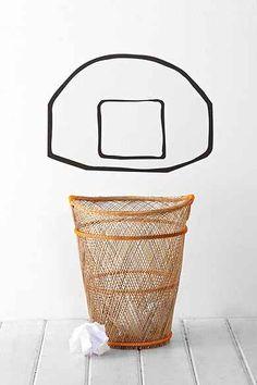 Dit kun je ook met washi-tape maken: een basketbal-bord op de muur achter de prullenmand.
