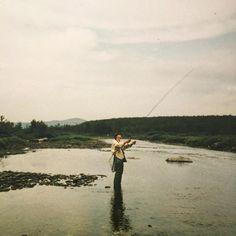 Tulihan sitä veivattua tota vapaakin tuolla puroissa ja koskissa mut kyllä mulle eniten merkitsi maisemat ja seikkailu. Mä mitään kalaa ikinä saanu. Paitsi sen yhen järkäleen - joka pääsi karkuun  Ne oli huolettomia reissuja - sitä vaan luotti iskään et se tietää missä ollaan ja minne mennään. Ja niin se tiesi - vai liekö menny tuurilla.  #Lätäseno #perhokalastus #tembuksentarinoita #fb #tb