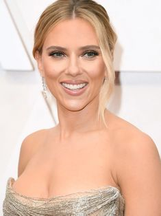 13 Must-See Beauty Looks From the 2020 Oscars Red Carpet — Scarlett Johansson Modern Updo, Matte Red Lips, Subtle Ombre, Bold Brows, Platinum Hair, Flawless Face, Nude Lip, Celebrity Beauty, Old Hollywood Glamour