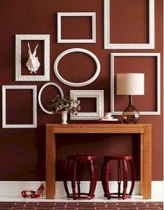 Atrévet con los marcos antiguos para decorar una estancia. Pero la clave de esta idea reside en que los marcos deben de ir vacios, para que ellos mismos por sí solos decoren. Los puedes pintar de un color que no resalte para que se integren con la pared o escogerlos de colores chillones para darle calidez a la estancia.