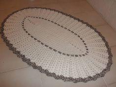 Tapete oval em crochê de barbante na cor cru com mescla  Ideal para quarto, cozinha ou banheiro R$ 63,00