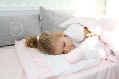 Miękka welurowa kaczuszka będzie ulubioną przytulanką Twojego dziecka oraz niezwykle urokliwą ozdobą jego pokoiku. KOLEKCJA: Pudrowa SKŁAD: welur - 100% poliester, bawełna (posiada