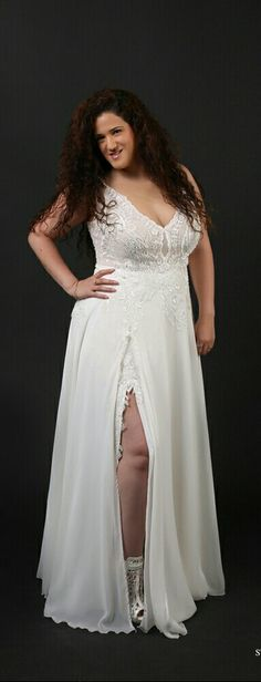 Curvy bridal gown with a sexy slit and a lace bodice with v-neck. Chloe.plus size collection from Studio Levana