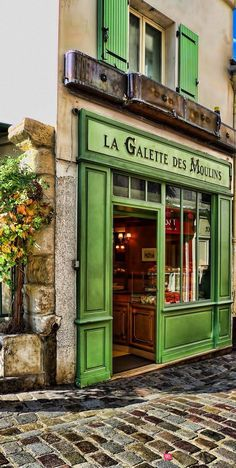 LOVED TO STOP IN THIS LITTLE SHOPPE WITH ITS'  GREEN FRAMEWORK…..SOOO PARIS………….ccp