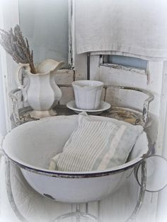Now that winter is finally over, we're able to shed those layers of heavier clothing. Likewise, I've been shedding a few layers on. Country Style Homes, French Country Style, Country Life, Country Decor, Vintage Enamelware, Cabins And Cottages, White Rooms, Old Houses, Farmhouse Decor