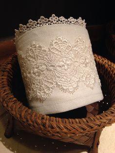 Porta papel higiênico em linho e guipir Bathroom Crafts, Bathroom Towels, Diy And Crafts, Arts And Crafts, Embroidered Towels, Personal Organizer, Bed Runner, Sewing Art, Crochet Home