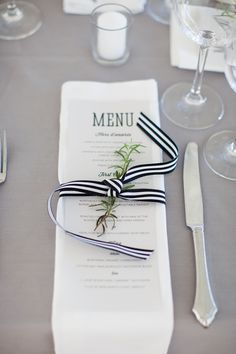 Detalle minimalista en blanco y negro con toque de naturaleza. ..  bodas#fiestas#decoración#mesa Reception Menu Tied With Black and White Striped Ribbon