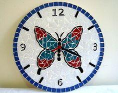 Relógio de borboleta Fancy Watches, Wall Watch, A Wrinkle In Time, Art Of Glass, Mosaic Art, Decoupage, Decorative Plates, Butterfly, Diy Crafts