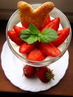 Kääpiölinnan köökissä: Se malja vain sua oottaa... mansikka-raparperimalja juustovaahdolla Watermelon, Strawberry, Fruit, Desserts, Food, Meal, The Fruit, Deserts, Essen