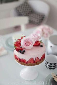 - eine Hochzeitstorte mit Blüten der ganz besonderen Art - schlicht ...