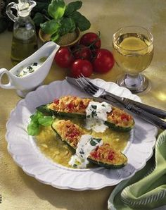 Unser beliebtes Rezept für Gefüllte Zucchini mit Couscous und mehr als 55.000 weitere kostenlose Rezepte auf LECKER.de.