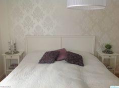 sovrum,gråa detaljer,vitt,romantiskt,medaljongtapet