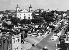 Vista da fachada da Catedral Metropolitana e dos jardins do Parque da Matriz, ao redor da igreja. Acervo: Moacir Andrade.
