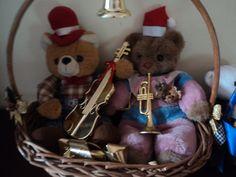 Ursinhos de pelúcia com enfeites natalinos