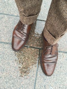 Who said you cannot wear cordovan shoe in rain? English Gentleman, Gentleman Style, Sock Shoes, Shoe Boots, Cordovan Shoes, Look Fashion, Mens Fashion, Well Dressed, Oxford Shoes