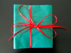 Love the color combo for gift wrapping, only I would do with turquoise tissue paper and maybe coral yarn?