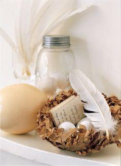 Un nid en papier en guise de vide-poches    Pour en savoir plus : Nid de Pâques en papier avec oeufs en chocolat - Marie Claire Idées