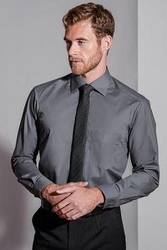 Das klassische Herrenhemd in anthrazit mit leicht taillierten Schnitt ist erhältlich in 10 modischen Farben. Ein besonders elastisches Material sorgen für ein Maximum an Tragekomfort.