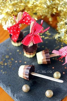 Christmas Gift Ideas 2019 : 24 DIY Gourmet Gifts for a Very Yummy Christmas Tri-colored lollipops for hot chocolate or chewable. 24 DIY Gourmet Gifts for Paletas Chocolate, Chocolate Caliente, Hot Chocolate, Gourmet Gifts, Food Gifts, Homemade Christmas Gifts, Homemade Gifts, Christmas Ideas, Edible Gifts