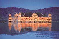 Lots of people flock to Jaipur to view the various forts and monuments in Jaipur which reflect its glorious past ~