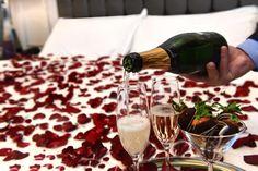 Bu Sevgililer Günü, romantik detaylarla özel olarak hazırlanmış odanızda aşk tazeleyin. / This Valentine's Day, freshen up your love in your room prepared with all sorts of romantic details.