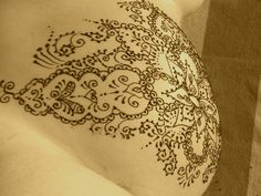 henna belly - love the fine detailing on the edge
