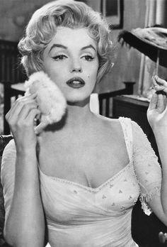 APRES : le nez de Marilyn Monroe Mais c'est avec un nez légérement plus fin que Marilyn Monroe deviendra une actrice mythique.