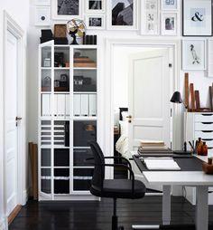 Schwarz und Weiß kombiniert mit Naturmaterialien wie Holz schaffen in deinem Büro ein klassisches, bodenständiges Ambiente.