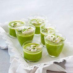 Crème Ninon eli ranskalainen hernesosekeitto viimeistellään kermavaahdolla ja kuohuviinillä. Tarjoa alkuruokana.