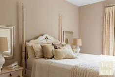 lit à colonnes dans la chambre adulte en couleurs pastel neutres
