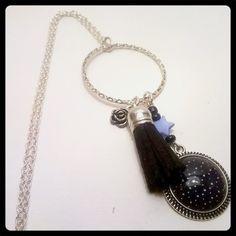 Sautoir étoilée et pompon noir : Collier par nya-bijoux-creation-paris