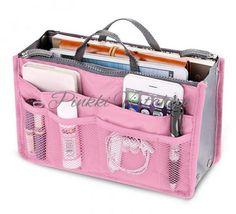Käsilaukussa tavarat on aina sekaisin ja juuri se, mitä tarvitset, on laukun pohjalla tavaroiden alla. Tällä pinkillä laukun järjestelijällä pidät tavarat ojennuksessa ja kun haluat vaihtaa laukkua, saat järjestelijän siirtämällä siirrettyä kaikki kerralla. Laukun järjestelijässä on useita taskuja ja kätevät kahvat. Se menee tarvittaessa todella pieneen kasaan.